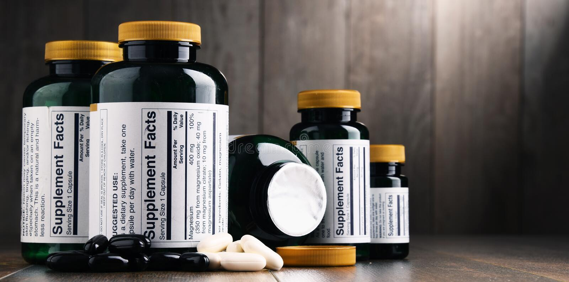 Composición con los envases del suplemento dietético Píldoras de la droga fotografía de archivo libre de regalías