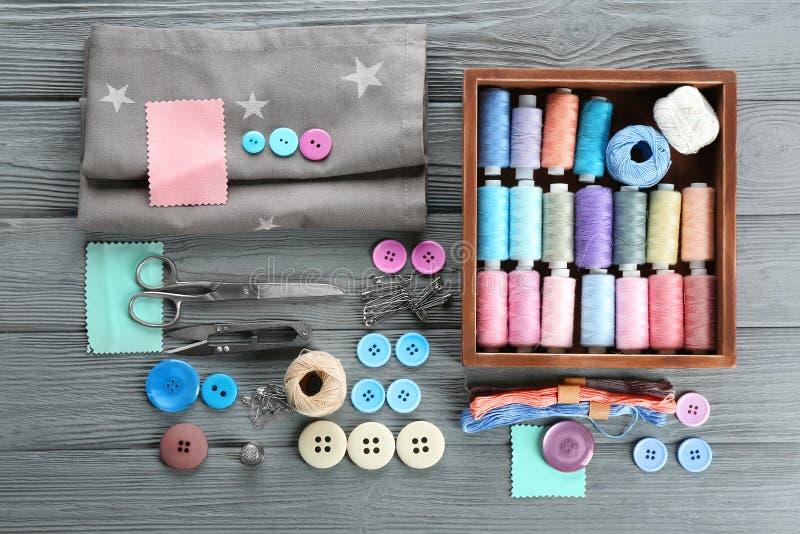 Composición con los hilos de coser, tela foto de archivo