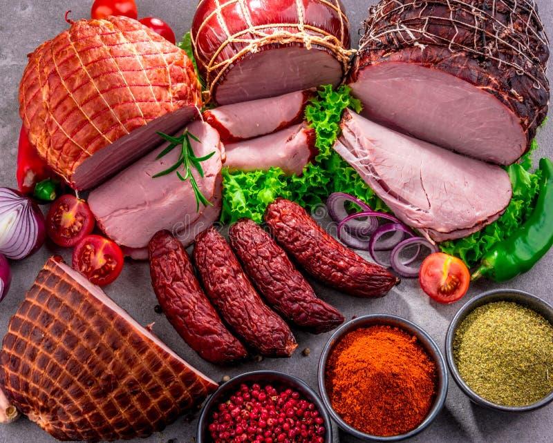 Composición con los productos de carne clasificados foto de archivo
