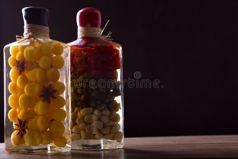 Composición con los tarros de verduras adobadas fotografía de archivo