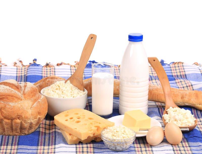 Composición con pan, leche y queso imagen de archivo