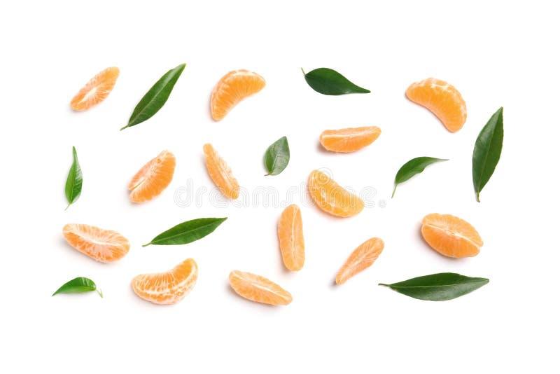 Composición con segmentos y hojas de la mandarina fotografía de archivo libre de regalías