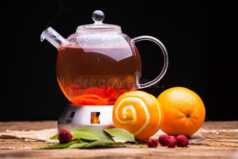 Composición con té y fruta en la estufa foto de archivo libre de regalías
