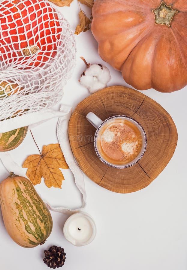 Composición creativa del otoño con café y calabazas en la tabla blanca, imagenes de archivo