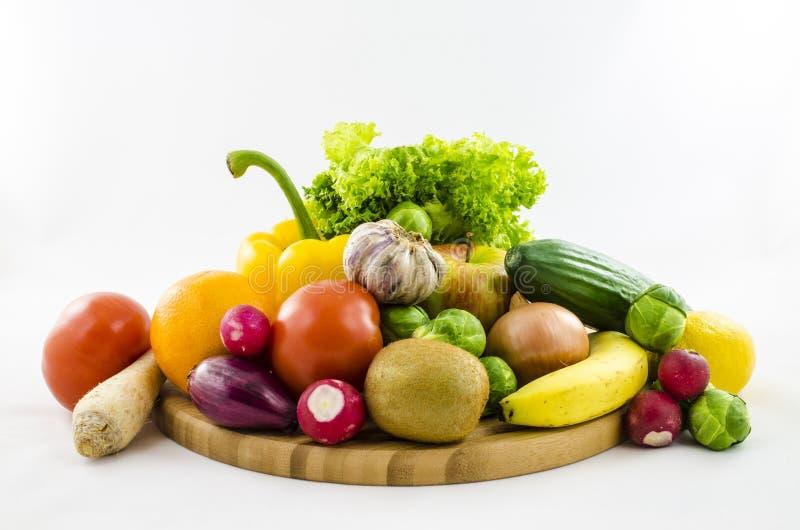 Composición de frutas y verduras frescas en el tablero de madera imágenes de archivo libres de regalías