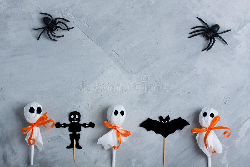 Composición de Halloween en fondo concreto gris imagenes de archivo