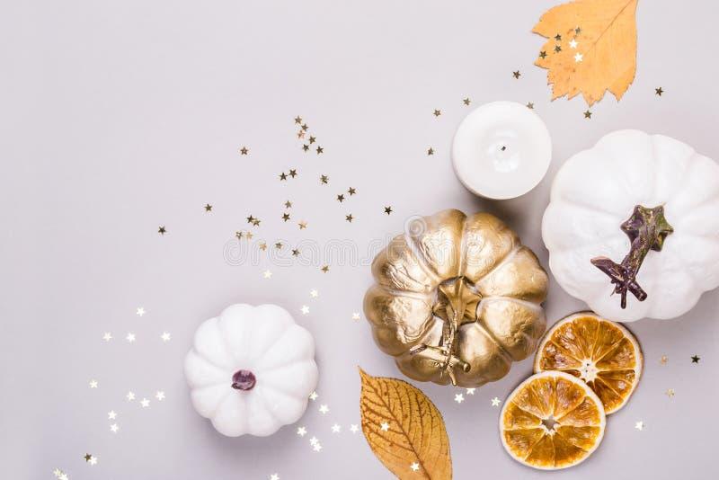 Composición de hojas, de calabazas de oro y de placeres de las estrellas del confeti Fondo del otoño o del día de la acción de gr fotografía de archivo libre de regalías