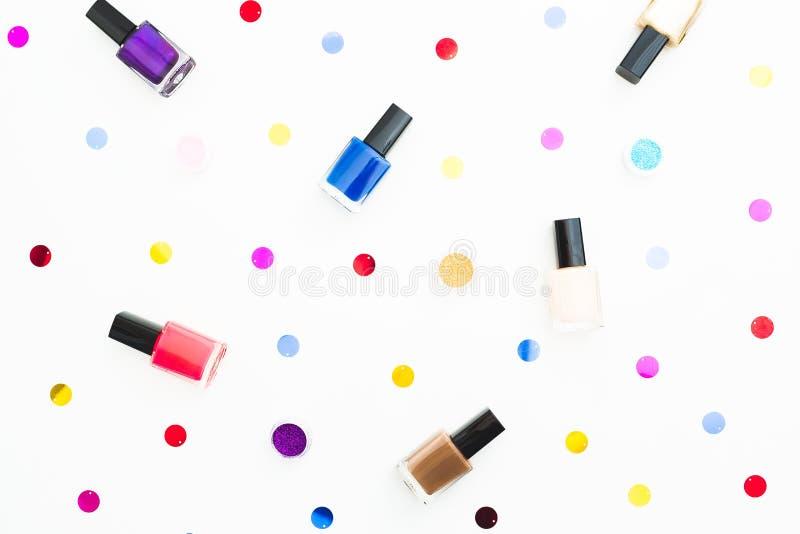 Composición de la belleza con el esmalte de uñas brillante en el fondo blanco Endecha plana, visión superior Concepto de la belle stock de ilustración
