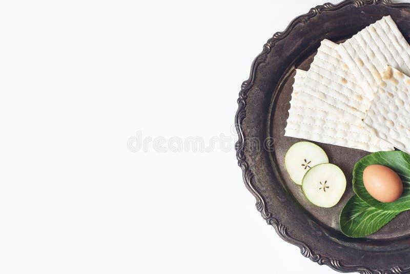 Composición de la cena de Seder Pan del Matzo, huevo, fruta de la manzana y verdura de la lechuga del chazeret en la bandeja de  imagen de archivo libre de regalías