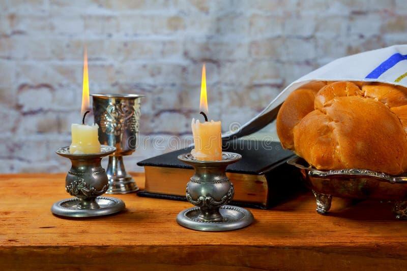 Composición de la ceremonia del kiddush de Shabbat o del Sabat con el vino kosher rojo fotos de archivo libres de regalías