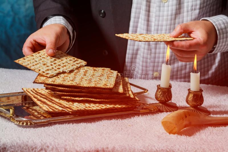 Composición de la ceremonia del kiddush del Sabat con dos velas y pan fresco del matzah tradicional del passover fotos de archivo