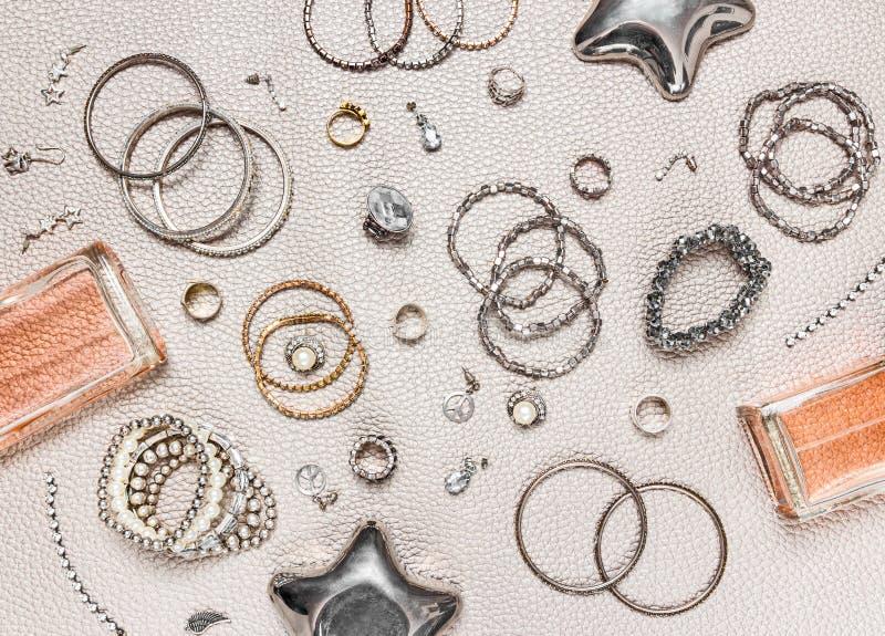 Composición de la endecha del plano de la joyería y del perfume fotografía de archivo libre de regalías