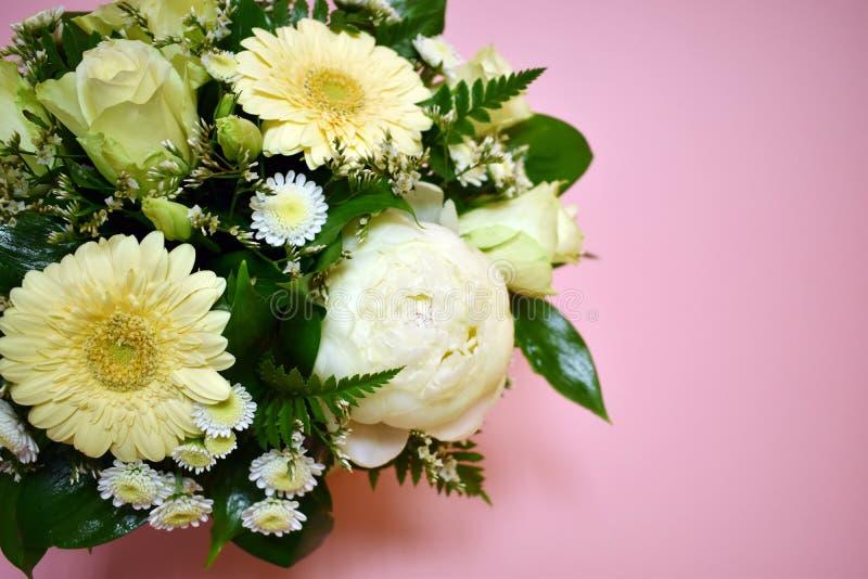 Composición de la flor en hatbox original en fondo rosado foto de archivo