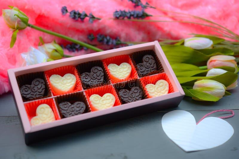 Composición de la forma del corazón del chocolate Regalo dulce del amor para el día de tarjetas del día de San Valentín del St imagen de archivo
