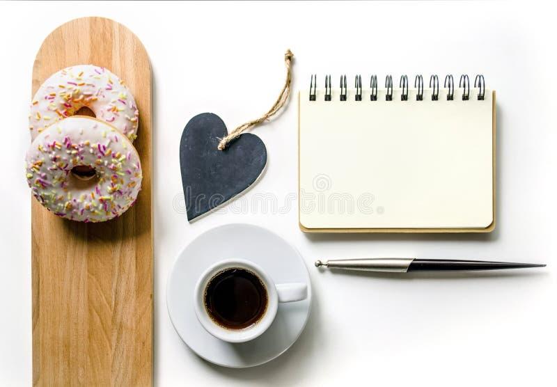 Composición de la mañana con café y anillos de espuma Escritorio de la tabla de la oficina de la lista de lío Lugar de trabajo de imagen de archivo libre de regalías