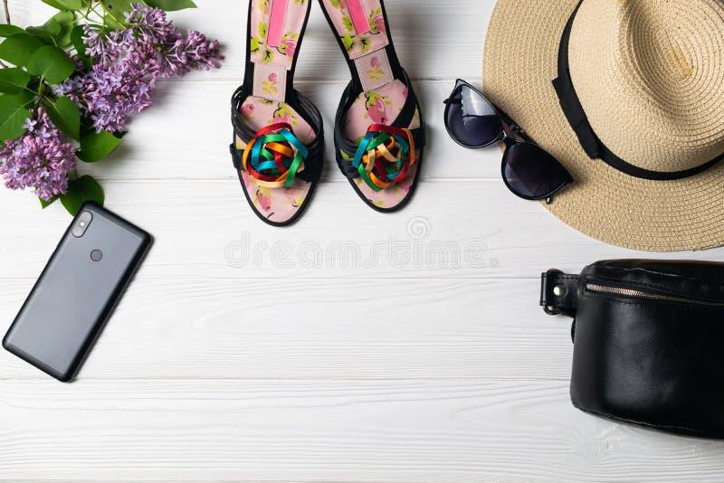 Composición de la moda de la belleza con las gafas de sol teléfono móvil y flores del sombrero de los zapatos imagen de archivo libre de regalías