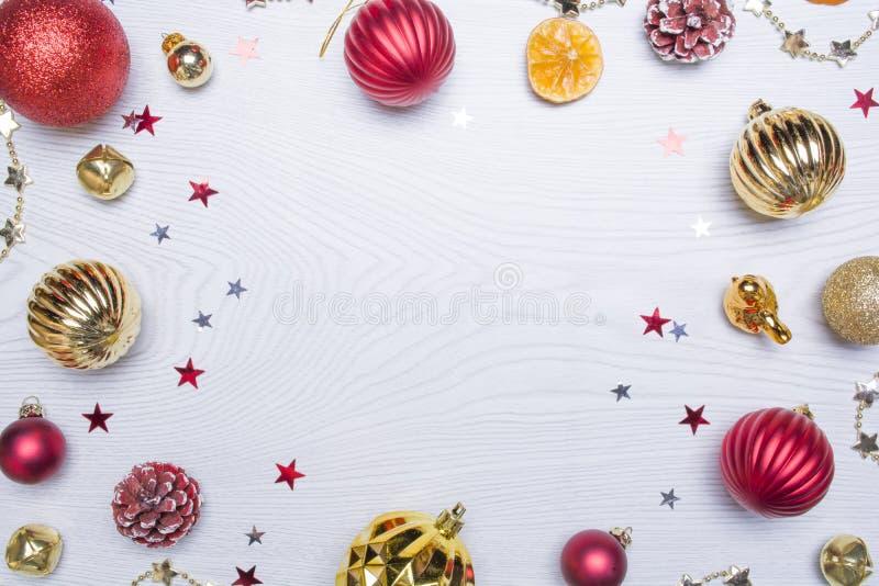 Composición de la Navidad Capítulo hecho de los regalos de la Navidad, juguetes en el fondo de madera blanco Endecha plana, visió fotografía de archivo