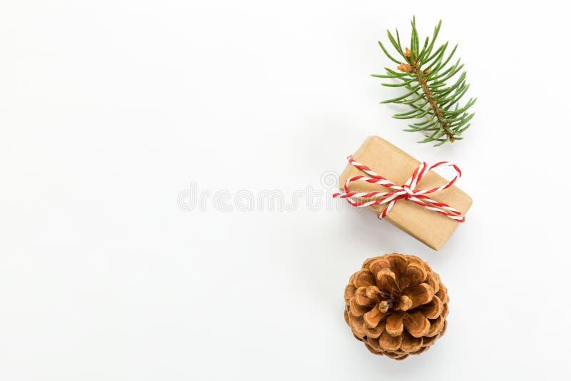 Composición de la Navidad con la caja de las ramas de árbol de abeto de los conos del pino y de regalo de la Navidad Visión super imagen de archivo