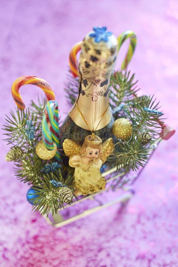 Composición de la Navidad con champán, los bastones de caramelo y ángel imagen de archivo libre de regalías