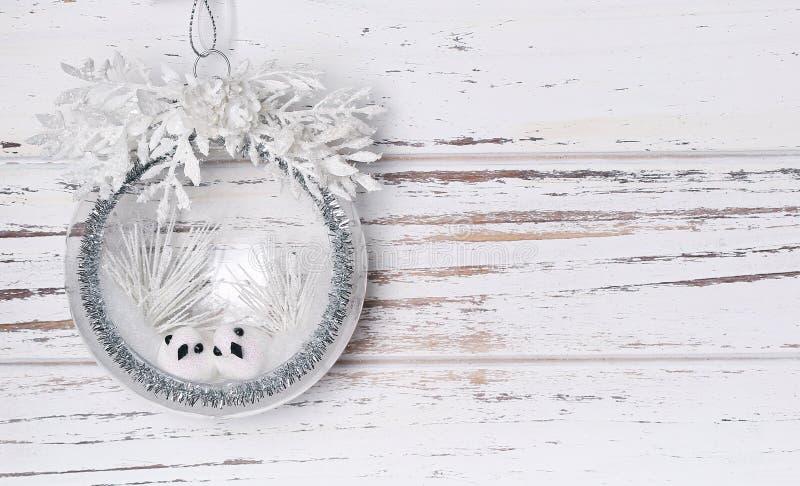 Composición de la Navidad con dos pequeños pájaros fotografía de archivo