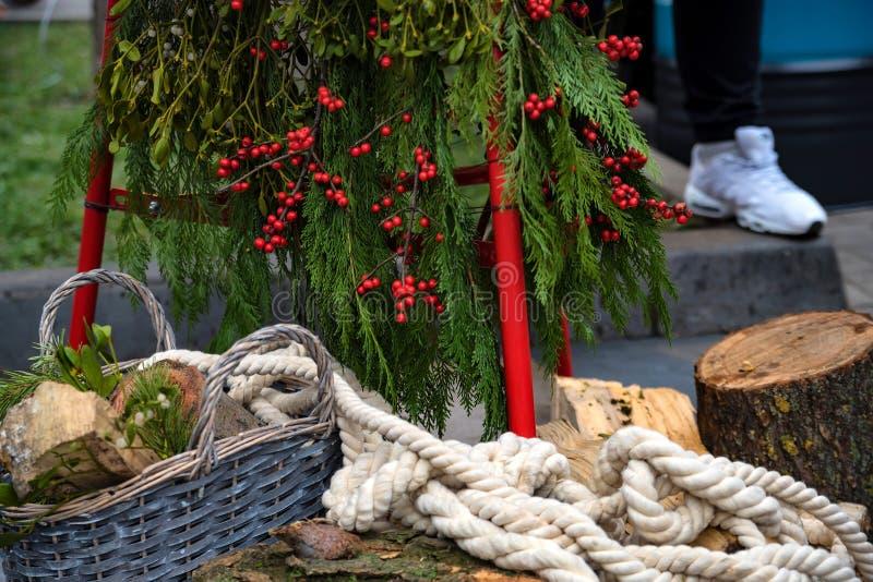 Composición de la Navidad con el árbol, los registros y la cuerda imagen de archivo libre de regalías