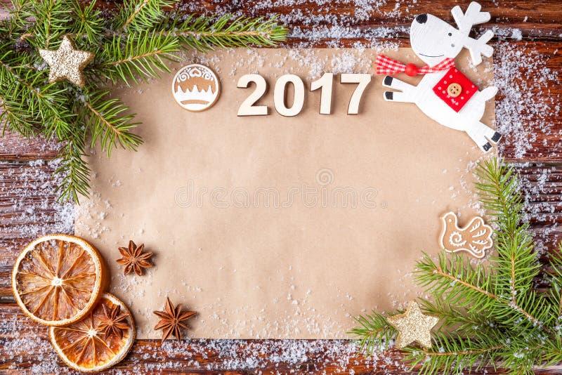 Composición de la Navidad con el número del año 2017 en el papel del vintage en el ascendente del bastidor foto de archivo libre de regalías