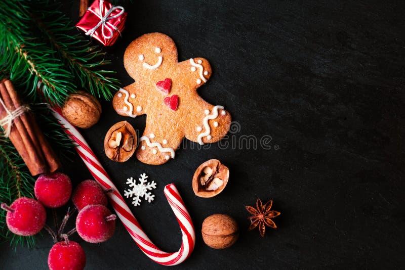 Composición de la Navidad con el regalo de la Navidad, cooki del hombre de pan de jengibre imagen de archivo