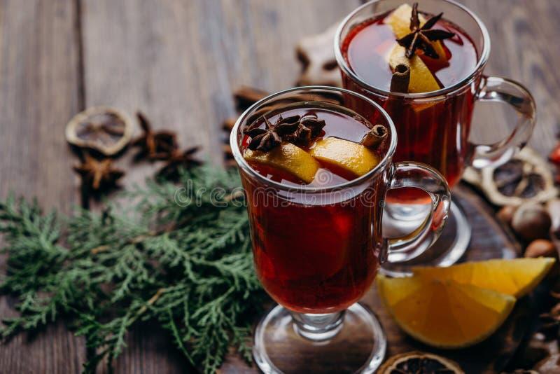 Composición de la Navidad con el vino y los dulces reflexionados sobre imágenes de archivo libres de regalías
