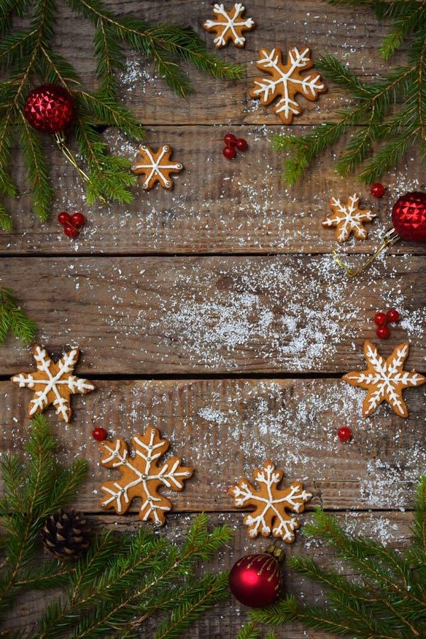 Composición de la Navidad con las galletas del pan de jengibre, la decoración festiva, la vela y la rama de árbol de abeto Día de imágenes de archivo libres de regalías