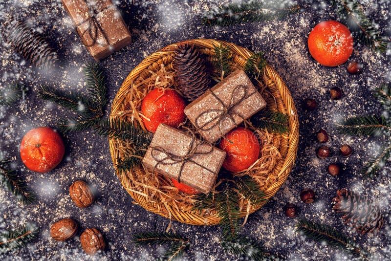 Composición de la Navidad con las mandarinas, cajas de regalo, conos fotos de archivo