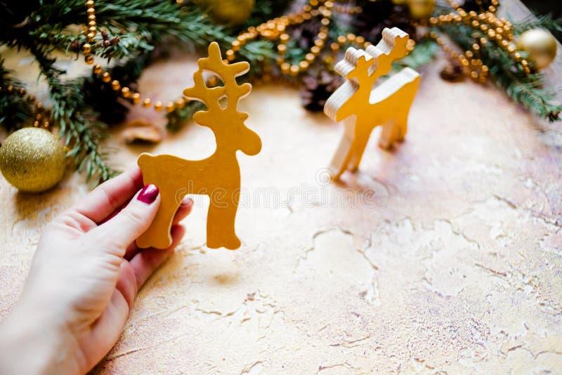 Composición de la Navidad con las ramas del abeto y pinecone en fondo de madera Tarjeta de Navidad con la Navidad rústica imagen de archivo libre de regalías