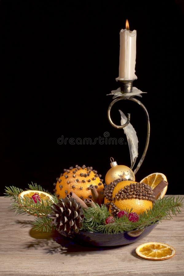 Composición de la Navidad con los pomos anaranjados fotografía de archivo
