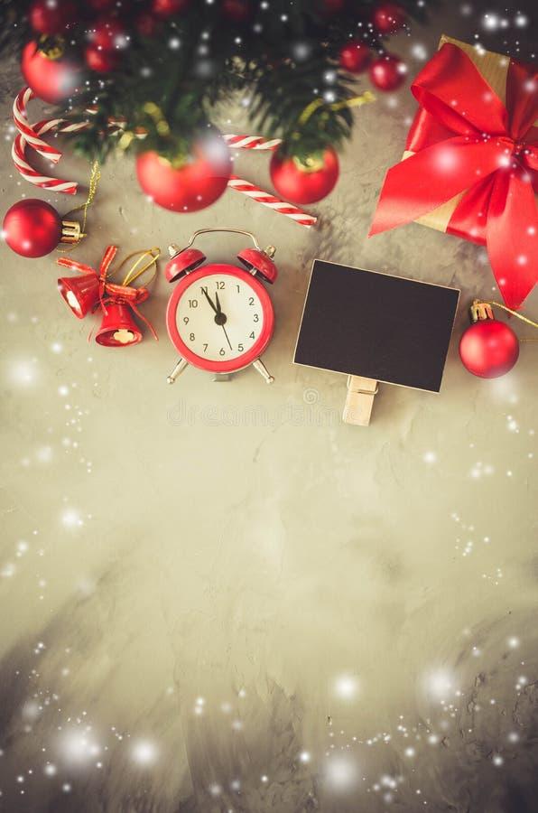 Composición de la Navidad: el abeto de Navidad ramifica, despertador, caja de regalo y las decoraciones fotografía de archivo