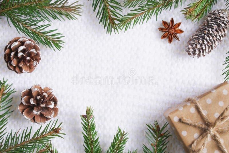 Composición de la Navidad en el fondo hecho punto blanco foto de archivo libre de regalías