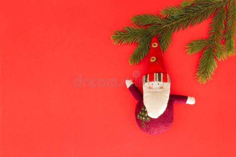 Composición de la Navidad en fondo rojo Ramas de árbol verdes de abeto y decoración de Navidad minimalistic Visión superior, ende foto de archivo libre de regalías