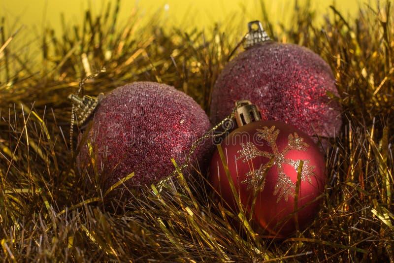 Composición de la Navidad en un fondo mate amarillo foto de archivo
