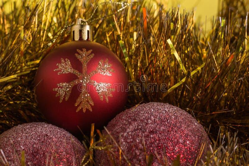Composición de la Navidad en un fondo mate amarillo imágenes de archivo libres de regalías