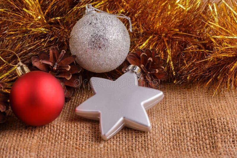 Composición de la Navidad en un fondo rústico marrón fotografía de archivo libre de regalías