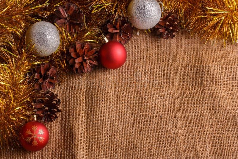 Composición de la Navidad en un fondo rústico marrón imagenes de archivo