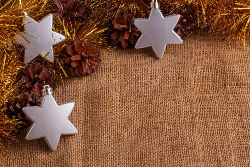 Composición de la Navidad en un fondo rústico marrón foto de archivo