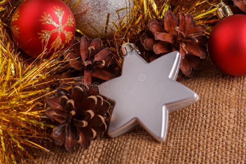 Composición de la Navidad en un fondo rústico marrón foto de archivo libre de regalías