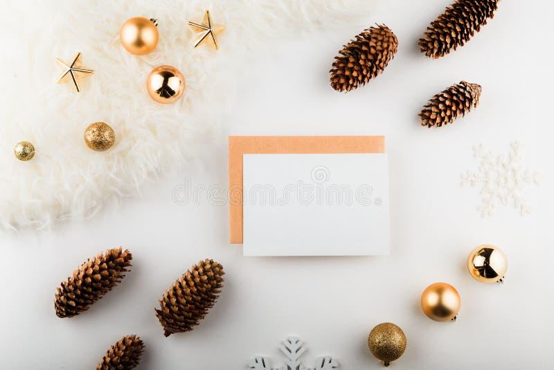 Composición de la Navidad Espacio en blanco de papel, decoraciones de oro en el fondo blanco Endecha plana, visión superior, espa foto de archivo