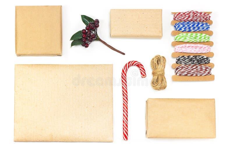 Composición de la Navidad hecha de la decoración de Navidad en el fondo blanco imagenes de archivo