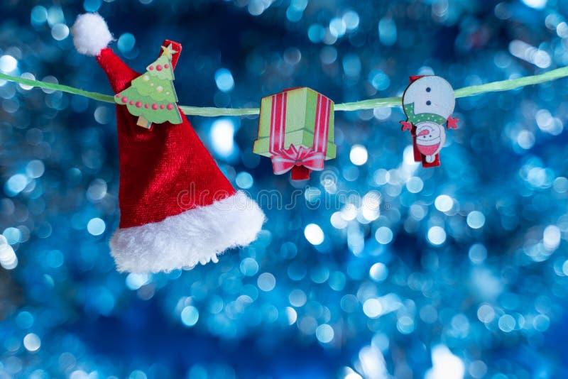 Composición de la Navidad Juguetes y accesorios de la Navidad en fondo azul con la falta de definición hermosa imagenes de archivo