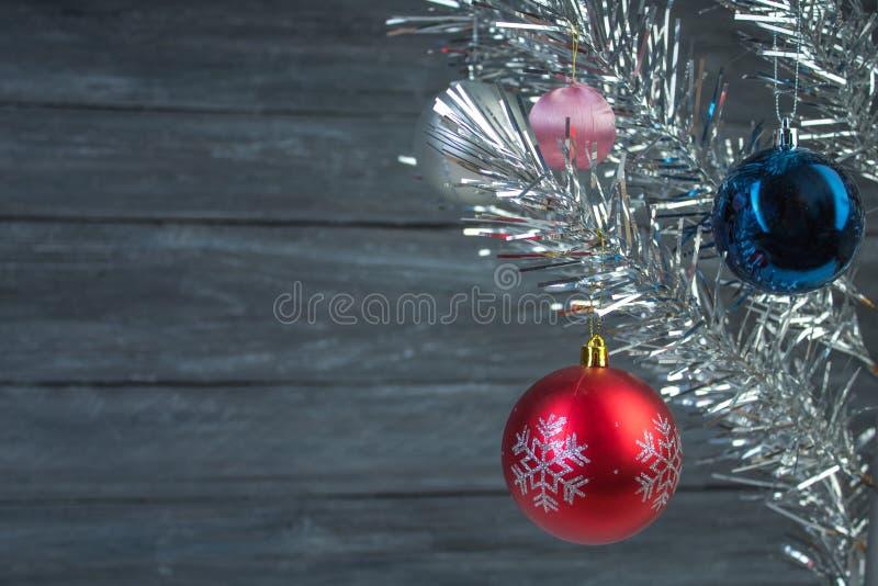 Composición de la Navidad de las ramas del abeto y de las bayas del viburnum en un fondo de madera fotos de archivo libres de regalías