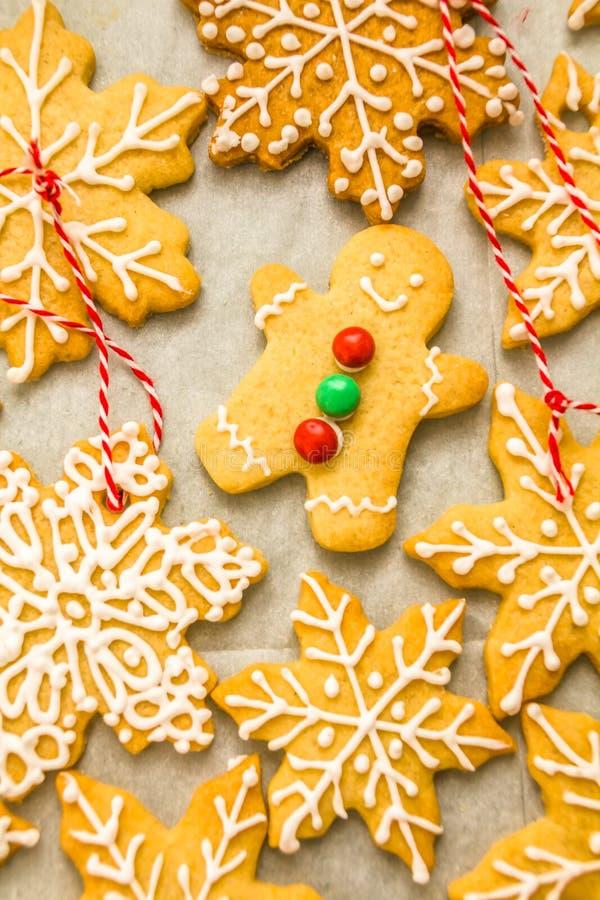 Composición de la Navidad: los copos de nieve y el hombre de pan de jengibre hechos en casa deliciosos hermosos formaron las gall fotos de archivo