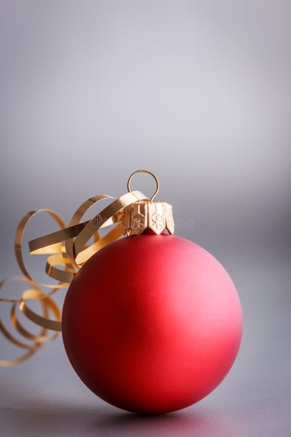Composición de la Navidad de los juguetes del árbol de navidad en un fondo de plata borroso imágenes de archivo libres de regalías