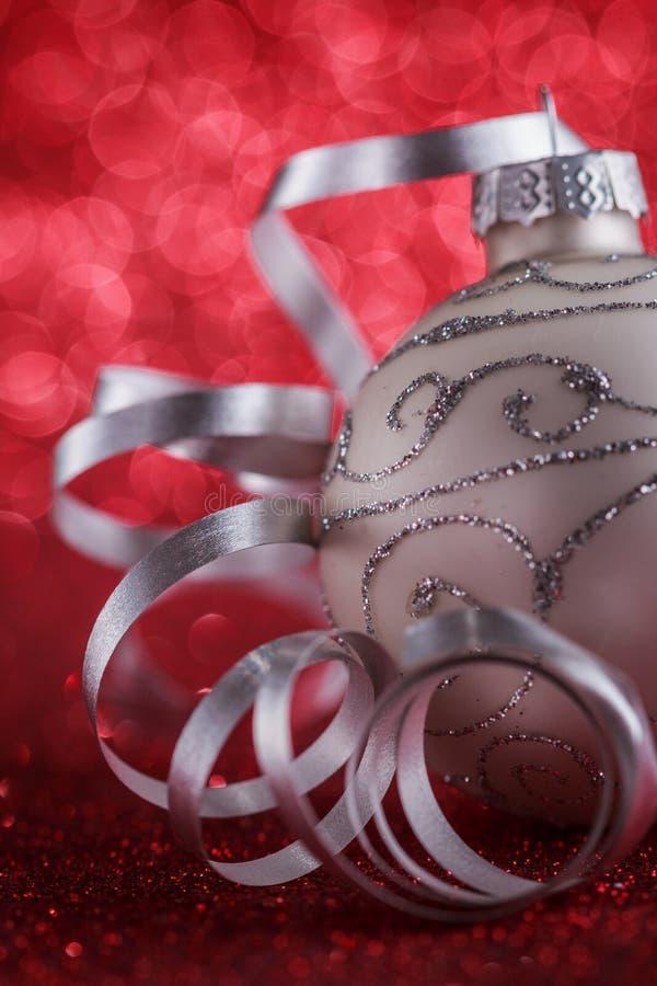 Composición de la Navidad de los juguetes del árbol de navidad en un fondo rojo borroso fotos de archivo libres de regalías