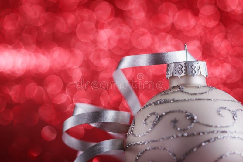 Composición de la Navidad de los juguetes del árbol de navidad en un fondo rojo borroso imágenes de archivo libres de regalías