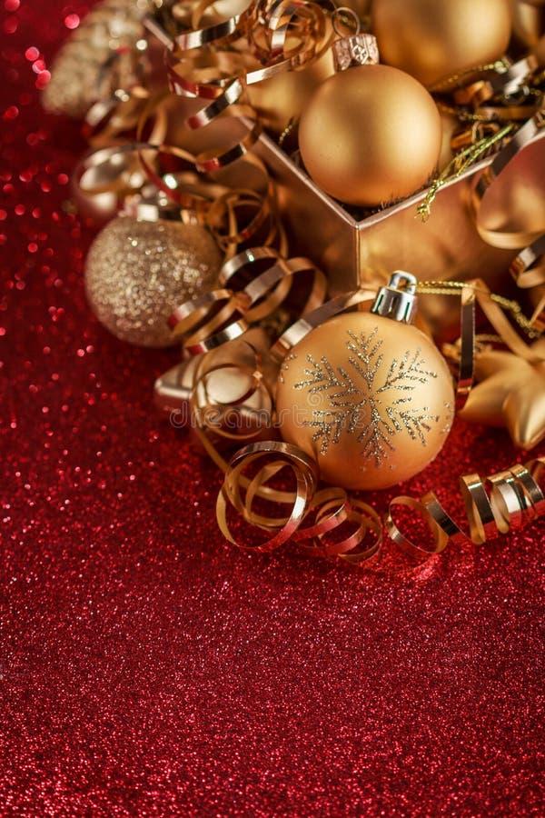 Composición de la Navidad de los juguetes del árbol de navidad en un fondo rojo borroso fotografía de archivo libre de regalías